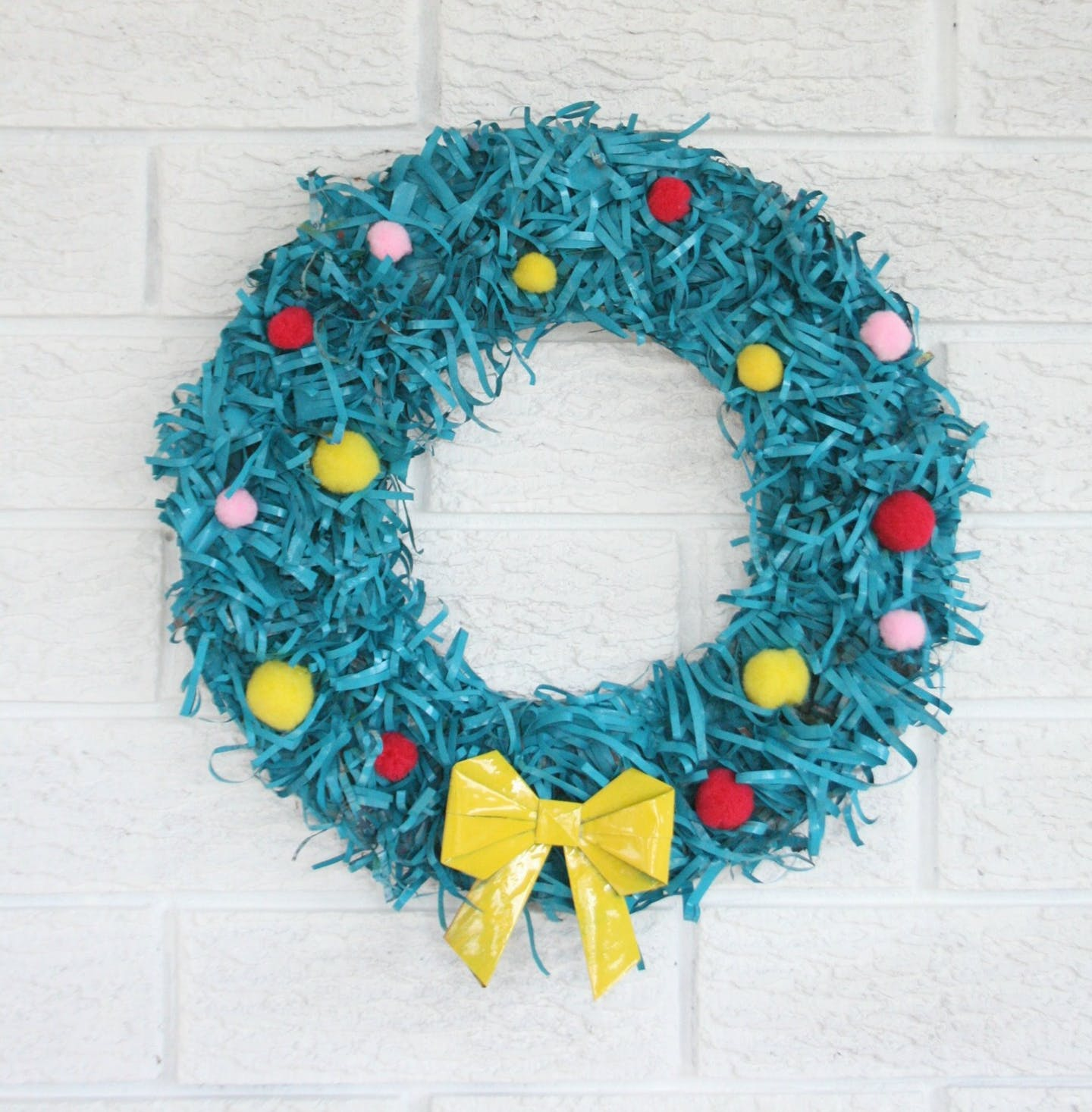 diy upcycled modern christmas wreath.  christmas wreath ideas that are swoonworthy  crafts on fire